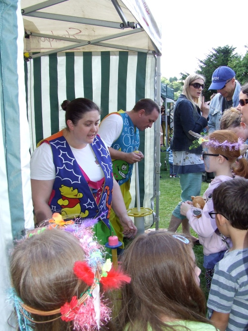 Award winning balloon artists draw a large audience. Photo: Artemisia